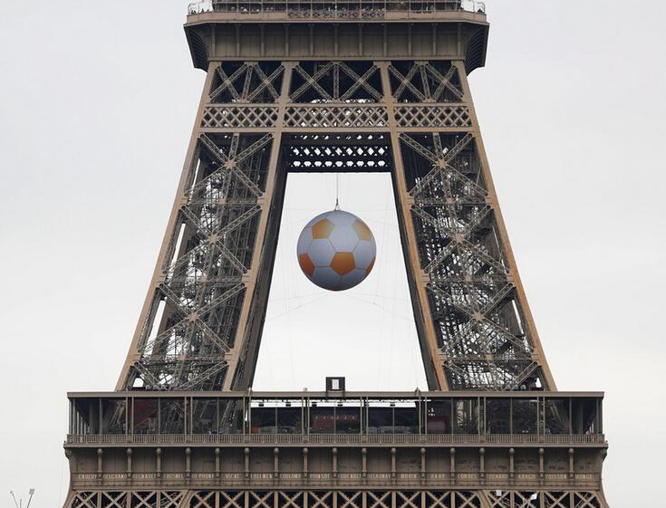 埃菲尔铁塔悬挂起